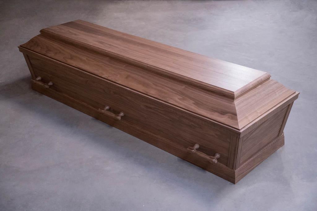 Begravelseskiste af valnød med 6 håndtag